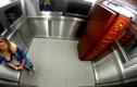 Rợn người đi thang máy cùng quan tài
