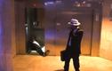 Hết hồn gặp mafia thanh toán trong thang máy