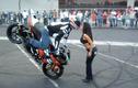 Choáng với màn biểu diễn mô tô... hôn bạn gái