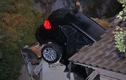 Xe sang mất lái đâm thủng mái nhà
