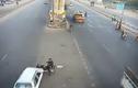 Quan sát khi sang đường, người đàn ông vẫn bị xe đâm