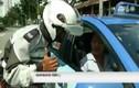 Khó tin CSGT thưởng nóng cho lái xe