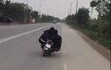 """Clip: Truy tìm 2 thanh niên """"làm xiếc"""" trên xe máy"""