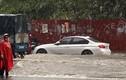 """Sau trận mưa tối trời, nhiều tuyến đường Hà Nội """"thất thủ"""", ngập nặng"""