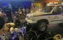 Video: Xe bán tải đâm liên hoàn ở Bùi Viện, bàn ghế vỡ nát