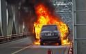 Xe Range Rover bốc cháy trơ khung trên cầu Chương Dương
