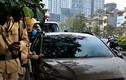 Video: CSGT Hà Nội dán thông báo lên ô tô vi phạm dừng đỗ thế nào?
