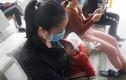 Con mới 30 ngày tuổi đi ngoài ra máu, mẹ té ngửa khi bác sĩ đọc kết quả