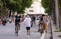 'Biển' người đổ ra tập thể dục, hồ Gươm thành 'đường đua xe đạp'