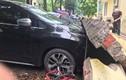 Sập tường ở Hà Nội, hàng loạt ô tô bị đè đầu