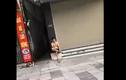 Video: Bỏ chạy khi gặp Công an, ngồi hút thuốc bị phạt tiền