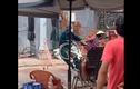 """Video: Người phụ nữ """"nằm vạ"""", dọa cả dân quân tự vệ"""