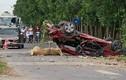"""Xe con bị """"vò nát"""" sau va chạm với xe tải khiến 3 người tử vong"""