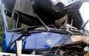 Xe chở 27 khách TQ va chạm xe Container: 3 người bị thương