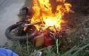 Khách Tây hốt hoảng vì xe máy thuê bốc cháy dữ dội