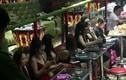 """Cảnh sát """"đột kích"""" 2 bar Sài Gòn, nhiều dân chơi phê ma túy"""