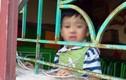Bé trai 4 tuổi bị nhốt, buộc dây treo cửa sổ phòng học