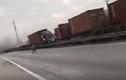 Clip xe container lao sang đường ngược chiều, lái xe nhảy cabin thoát chết