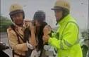 CSGT giải cứu 1 phụ nữ mang bầu định nhảy cầu tự tử