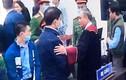 Chủ tọa bắt tay ông Nguyễn Đức Chung: Pháp luật tình người!