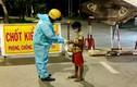 Video: Chiến sĩ CSGT nhường suất ăn tối cho bé trai lang thang tìm đồ ăn