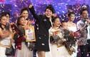 Quán quân The Voice Kids 2017 dành tiền thưởng phụ mẹ lo cho em