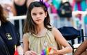 Con gái Tom Cruise bán nước chanh giá 45 nghìn đồng trên phố