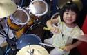 Video: Choáng với khả năng đánh trống điêu luyện của cô bé 8 tuổi