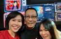 Nhà báo Lại Văn Sâm tươi tắn bên các nữ đồng nghiệp tại VTV