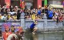 Video: Quý cô chơi trội nhảy ùm xuống ao bắt vịt tại lễ hội
