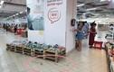Phụ huynh vô tư cho con đi đại tiện trong siêu thị hiện đại