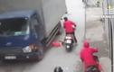 Video: Thót tim mẹ loạng choạng tay lái khiến em bé rơi xuống đường, suýt bị xe tải cán