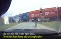 Video: Thanh niên suýt bị tàu hỏa đâm trúng vì mải dùng điện thoại
