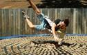 """Video: """"Thử gan"""" nhảy vào 1000 bẫy chuột, chàng trai được bái phục"""