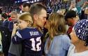 Siêu mẫu Gisele Bundchen hôn chồng sau chiến thắng tại Super Bowl