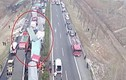 Video: 22 xe tải đâm liên hoàn, nhiều người thương vong
