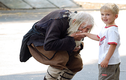 Chuyện lạ hôm nay: Người ăn xin 103 tuổi được xem như anh hùng vì...