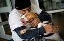 Ảnh đẹp: Chú chó hạnh phúc tột cùng lao vào tay chủ