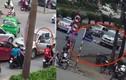 Video: Ô tô bán tải lùi ngược chiều đâm gục người đi xe đạp
