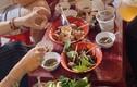 Nhóm bạn ăn ốc vỉa hè bị chặt chém gần 2,5 triệu đồng