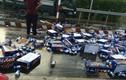 Hàng chục thùng bia đổ xuống đường, người dân chung tay nhặt giúp lái xe