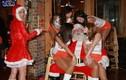 """Ông già Noel """"bon chen"""" đi tặng quà Giáng sinh"""