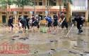 Ấm lòng cảnh chiến sĩ công an giúp dân trong mưa lũ