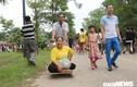 Chồng đưa vợ bại liệt từ Cần Thơ ra Đền Hùng dâng hương: 'Giờ chết chúng tôi cũng mãn nguyện rồi'