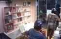 Phẫn nộ màn trộm đồ của khách nữ trong cửa hàng mỹ phẩm
