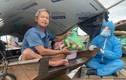 Đi thuyền ra bãi giữa sông Hồng tặng gạo cho người khó khăn