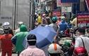 Trưa nắng chang chang, người dân TP. HCM đổ xô đi mua thuốc, thức ăn