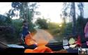 Video:Người đàn ông chặn đầu ô tô, dùng súng dọa bắn tài xế