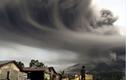 """Indonesia bị """"nhuộm xám"""" vì tro bụi núi lửa"""