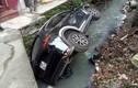 Nữ tài xế lái Mazda CX5 lao thẳng xuống mương nước thải